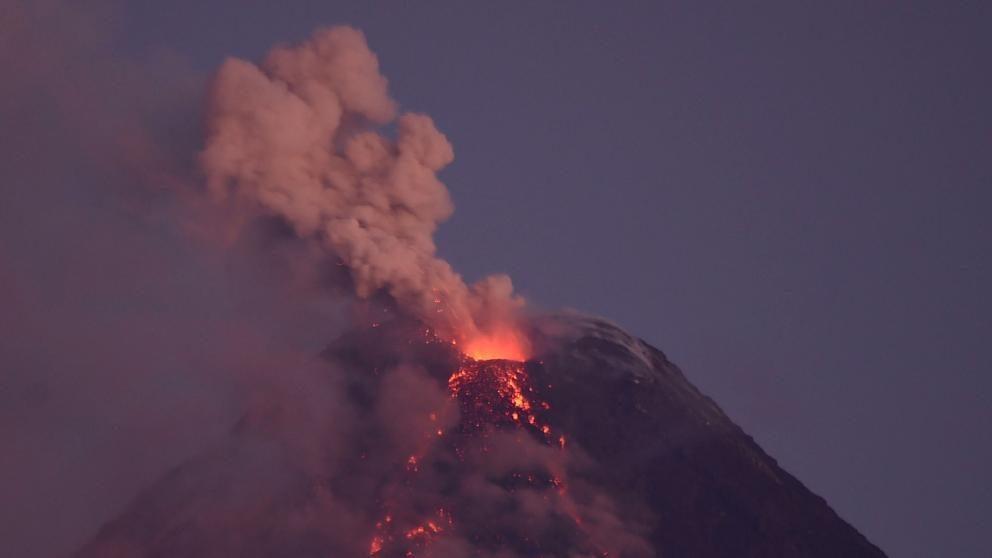 Las impresionantes imágenes de la erupción del volcán filipino Mayon ...