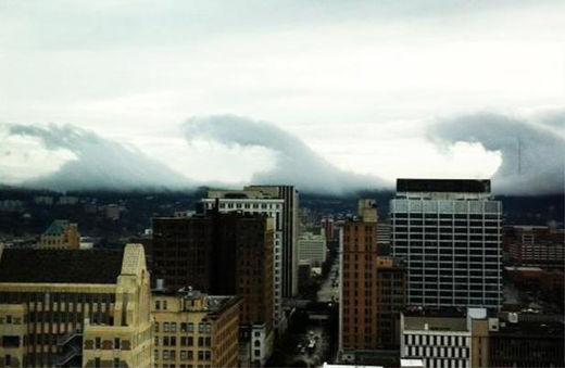 Un 'tsunami' de nubes con forma de ola gigante a 400 kilómetros de la costa Tsunami_de_nubes3