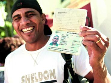Los cubanos son libres de viajar por primera vez en 50 for Oficinas pasaporte madrid
