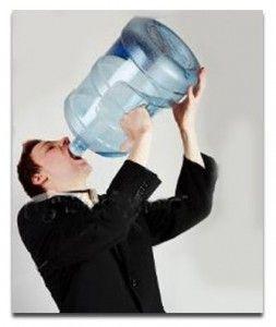 bebiendo agua del bidón