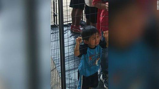 foto niño migrante llorando