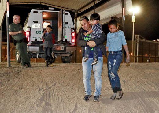 niños,migración,Imagen de una familia de Honduras detenida en la frontera de Estados Unidos
