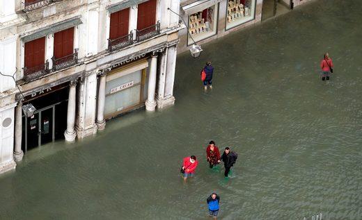 La gente camina en una inundada plaza de San Marcos durante un período de marea estacional en Venecia, Italia, 29 de octubre de 2018