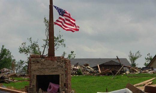 bandera EE.UU. y casa destrozada