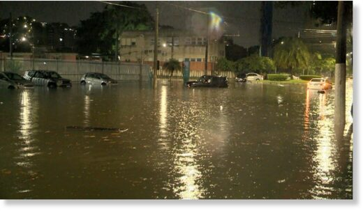 Cars were stuck in the middle of flooding in Bento Ferreira, Vitória