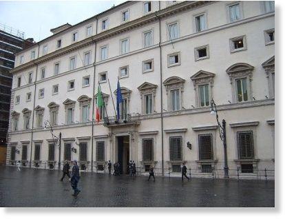 Desempleado se prende fuego frente al parlamento italiano for Sede parlamento italiano